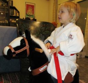 2016 - Clara auf dem Weg zum Judo auf dem schw. Pferdchen IMG_0025 a